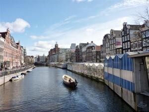 Bloemenmarkt en la orilla derecha del Río Amstel