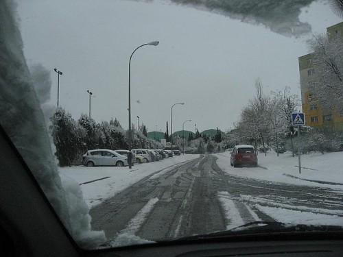 Conduciendo con nieve en la carretera