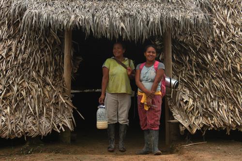 Familia tikuna cerca de Puerto Nariño