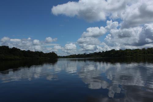 Cielo y laguna en la zona de Leticia (Colombia)