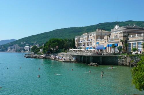 El Hotel Kristal de Opatija, al lado del mar