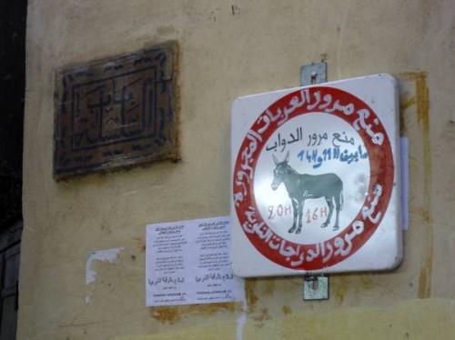 Señal en la medina de Fez, Marruecos