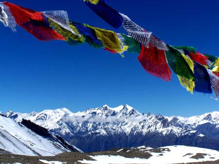 Banderas de oración tibetanas en el camino @3viajes