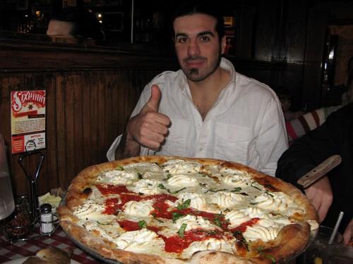 Comiendo pizza en Lombardi's