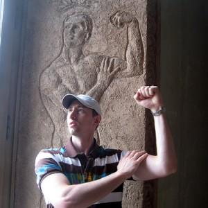 Posando en el Louvre