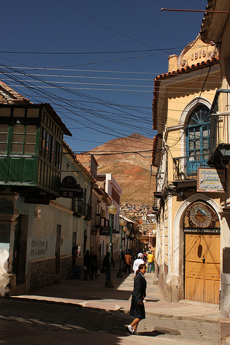 Calle de Potosí con el Cerro Rico al fondo @3viajes