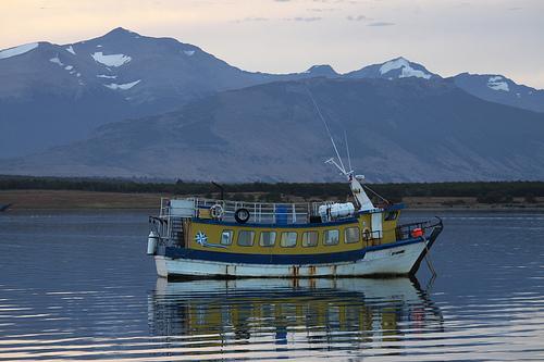 Barco de pesca en la bahía @3viajes