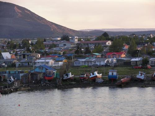 Vista de puerto Natales desde el mar