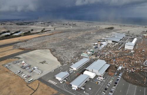 El tsunami llegando al aeropuerto de Sendai y destruyéndolo @boston