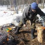 Tribu sami cocinando reno en los bosques @Laponia Sueca