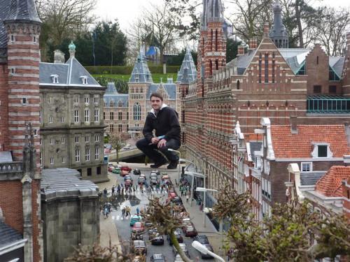 Godzilla entre el Palacio Real y el Magna Plaza en Ámsterdam
