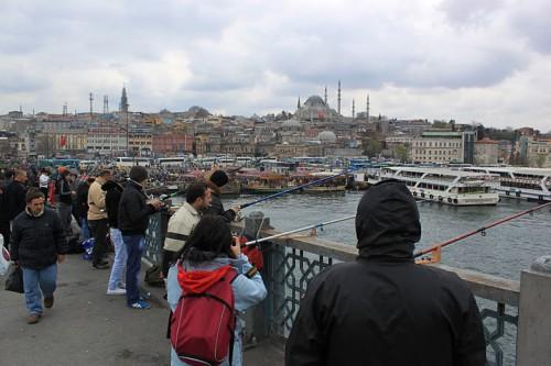 Pescadores en el puente de Galatea de Estambul