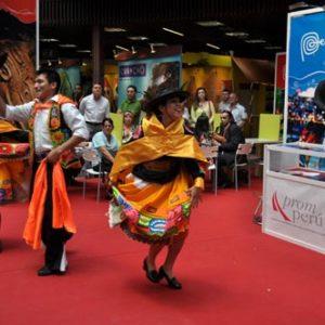 folclórico en el stand de Perú