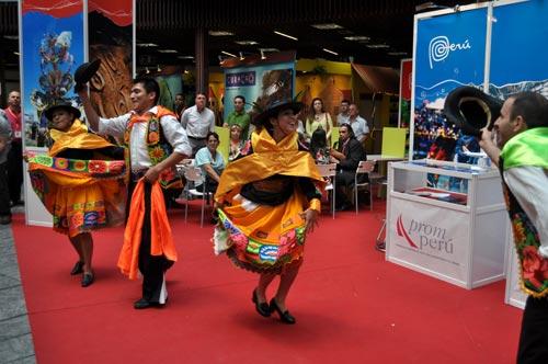 Grupo folclórico en el stand de Perú