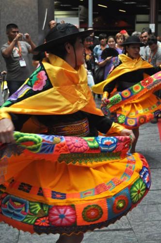 Mujeres peruanas bailando una danza tradicional