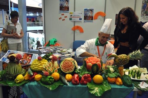 Escultor de frutas en el stand de la Ruta Mudéjar