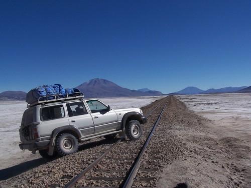 4x4 cruzando la antigua vía del tren llegando a Uyuni