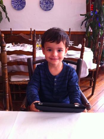 El pequeño Eric, a punto para comer