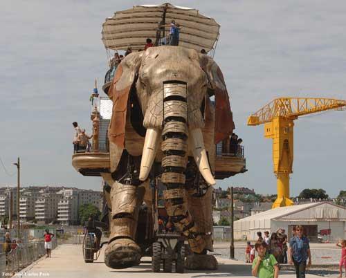 Elefante mecánico de 12 metros con la Grúa Titán de fondo