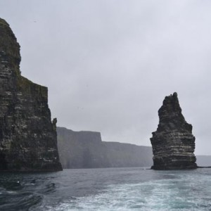 En barco por los acantilados de Moher en Irlanda