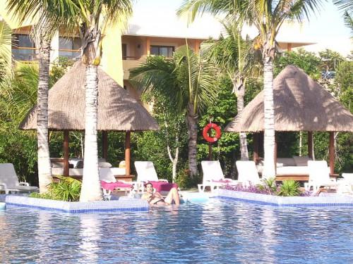 En la piscina de un hotel todo incluido de la Riviera Maya