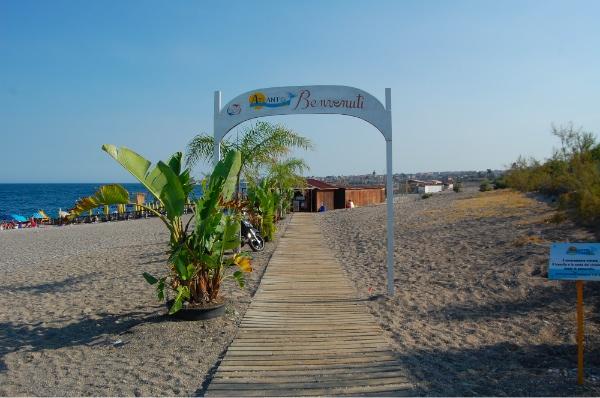 Acceso desde nuestro hotel a la playa de Mascali