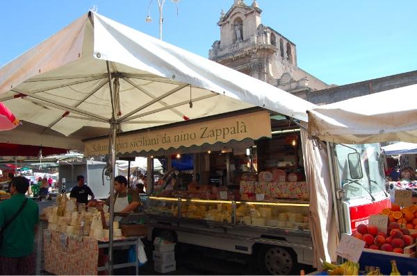 El mercado de Catania y la catedral al fondo