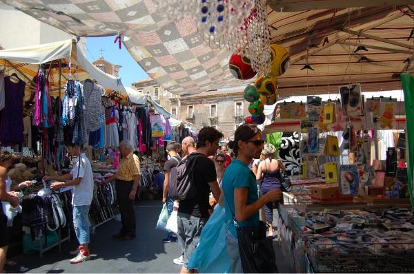 Puestos de ropa en el mercado de Catania