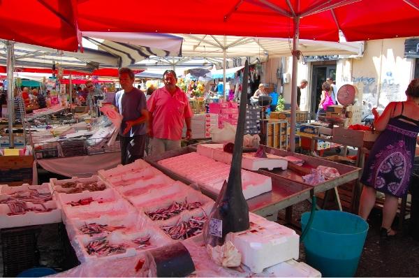 Pues no, no era broma lo de comprar pez espada en el mercado de Catania