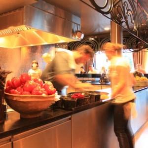El chef Bo Bech en la barra del restaurante Geist de Copenhagen