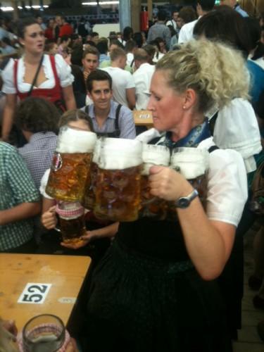 Camarera llegando a la mesa con las cervezas