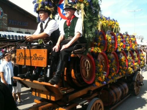 Carro con barriles de cerveza para la Oktoberfest