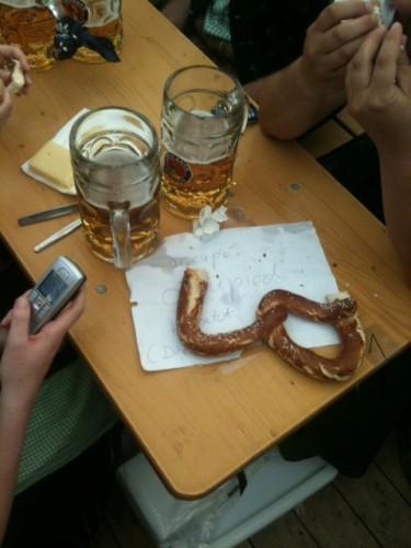Cerveza y bretze en la mesa de la Oktoberfest