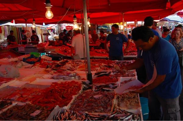 Fumar y servir pescado en Catania