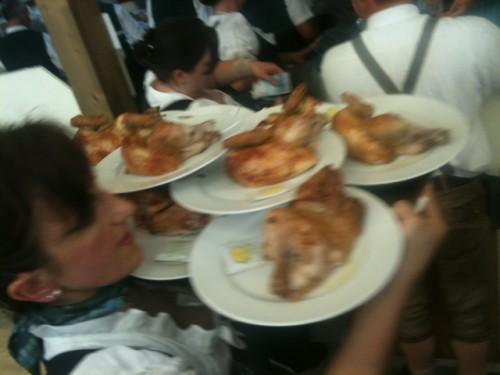 Sirviendo pollo en la carpa de la Oktoberfest
