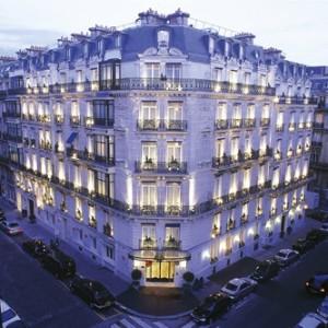Fachada del hotel La Trèmoille de París