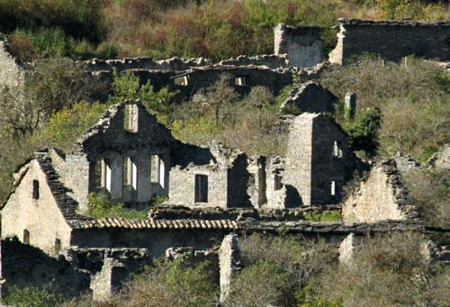 Los muros de Jánovas aún en pié