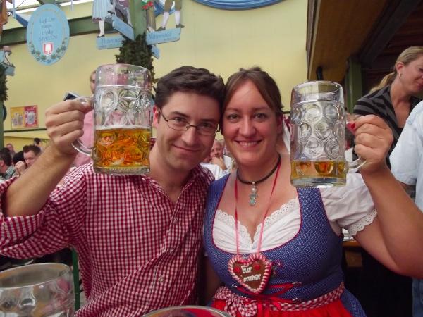Marta y Manuel brindando en el Oktoberfest