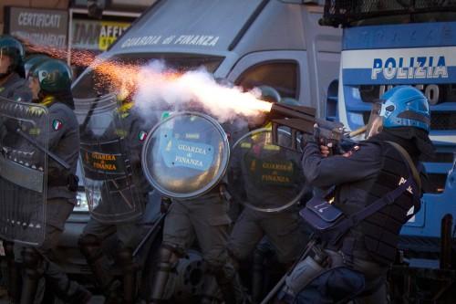 Policia actuando durante las protestas del 15O en Roma