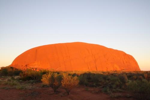 Salida del sol en Uluru, Australia