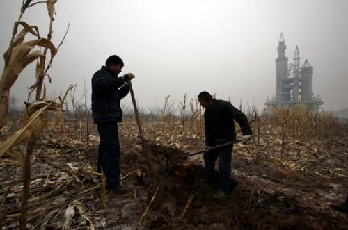 Agricultores trabajando la tierra en el Disneyland falso de China (@Reuters)