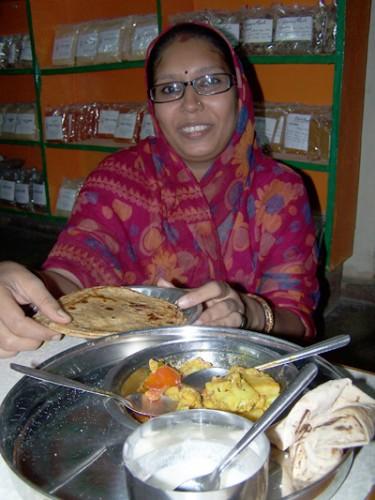 Rekha con los platos preparados en la clase @3viajes