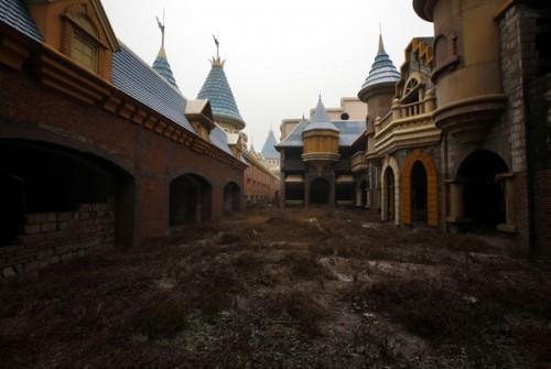 Calles abandonadas del parque de atracciones falso de China (@Reuters)