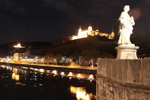 Vistas nocturnas desde el puente de Würzburg de Alemania