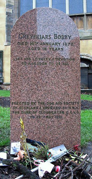 Lápida en honor a Bobby en el cementerio de Greyfriars