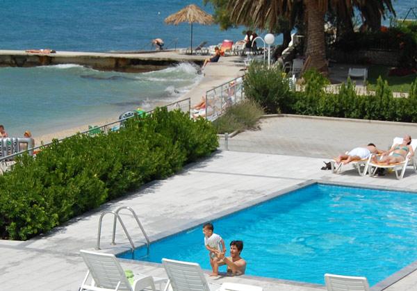 Eric, disfrutando de lo lindo en la piscina del hotel de Split