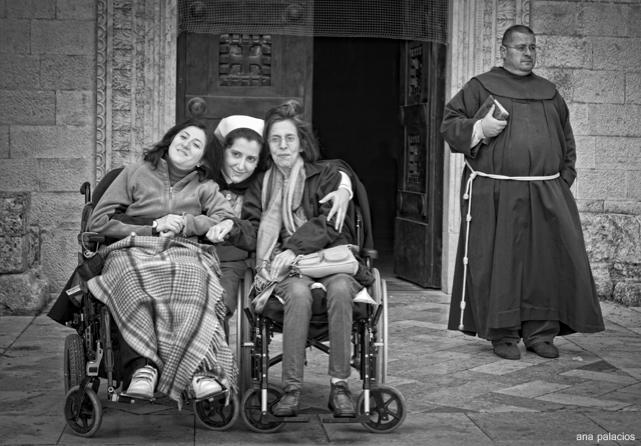 Wendy, Lola, Pilar y Franciscano espontaneo en la puerta de la Basílica del Monte Tabor