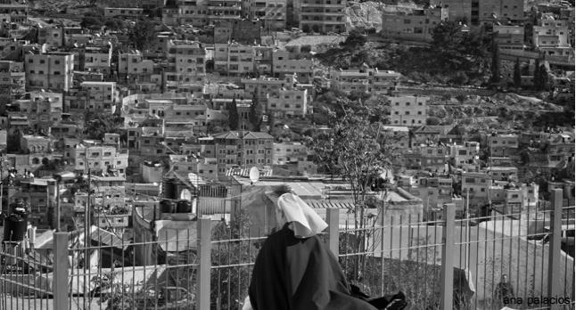 Ana Palacios, directora de la Hospitalidad, y Jerusalén desde el monte Sión