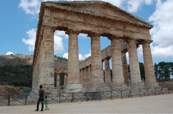 Admirando el templo dórico de Segesta, en Sicilia