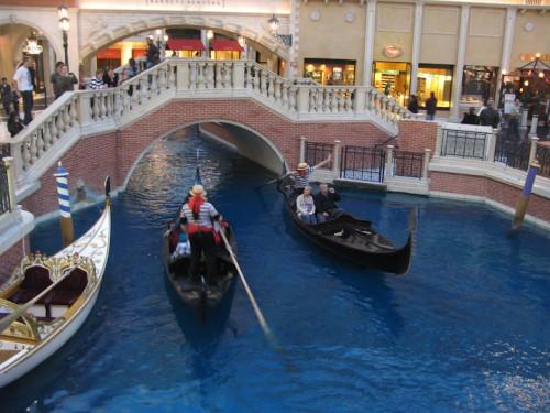 Gondolores en los canales del The Venetian de Las Vegas